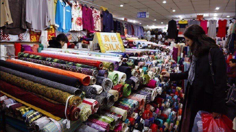 Mua vải tại các chợ lớn ở Trung Quốc bạn có thể dễ dàng xem và chọn lựa